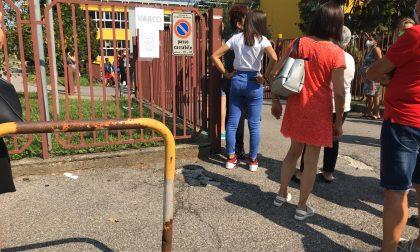 Suona la campanella ma il cancello è chiuso e i bimbi restano a scuola