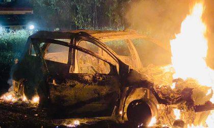 Auto a fuoco nei campi ad Agrate FOTO