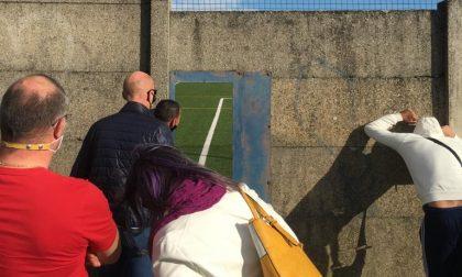 Il calcio ai tempi del Covid, genitori assiepati fuori dallo stadio (con tanto di scala) FOTO