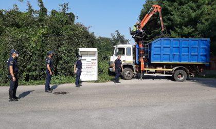 Cassonetti e cartelloni abusivi rimossi dalla Polizia Locale