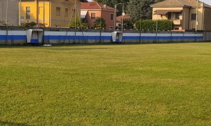 I volontari rimettono a nuovo il campo di calcio
