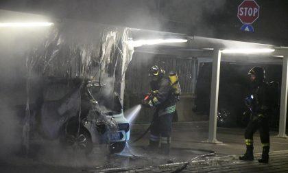 Auto a fuoco in un cortile, Vigili del Fuoco in azione