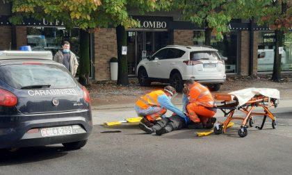 Con l'auto urta uno scooter e scappa