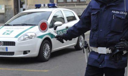Adolescente con coltello e droga denunciato dalla Polizia Locale