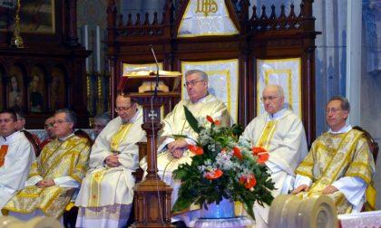 Il prevosto Caimi, al centro, con monsignor Luigi Allievi (secondo da destra)