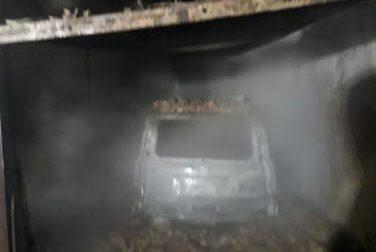 A fuoco un'auto nel garage FOTO E VIDEO