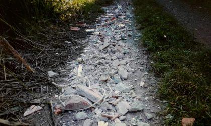 Scarica rifiuti in un vialetto, identificato e multato