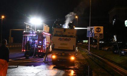 In fiamme mezzo per la pulizia strade: fermato da un Vigile del fuoco fuori servizio