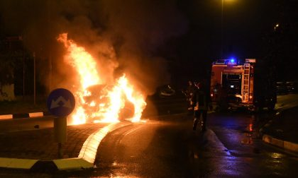 Si schianta e l'auto va in fiamme: uomo salvato da un passante – FOTO e VIDEO