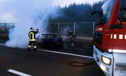 Auto a fuoco sulla Tangenziale Est: intervengono i pompieri FOTO