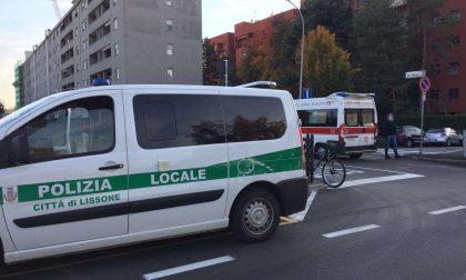 Ciclista urtato da un'auto: 26enne in ospedale – FOTO