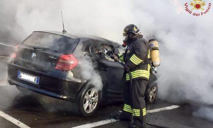 In fiamme un'auto: arrivano i Vigili del fuoco – FOTO