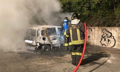 Auto a fuoco nella notte: intervengono i pompieri FOTO