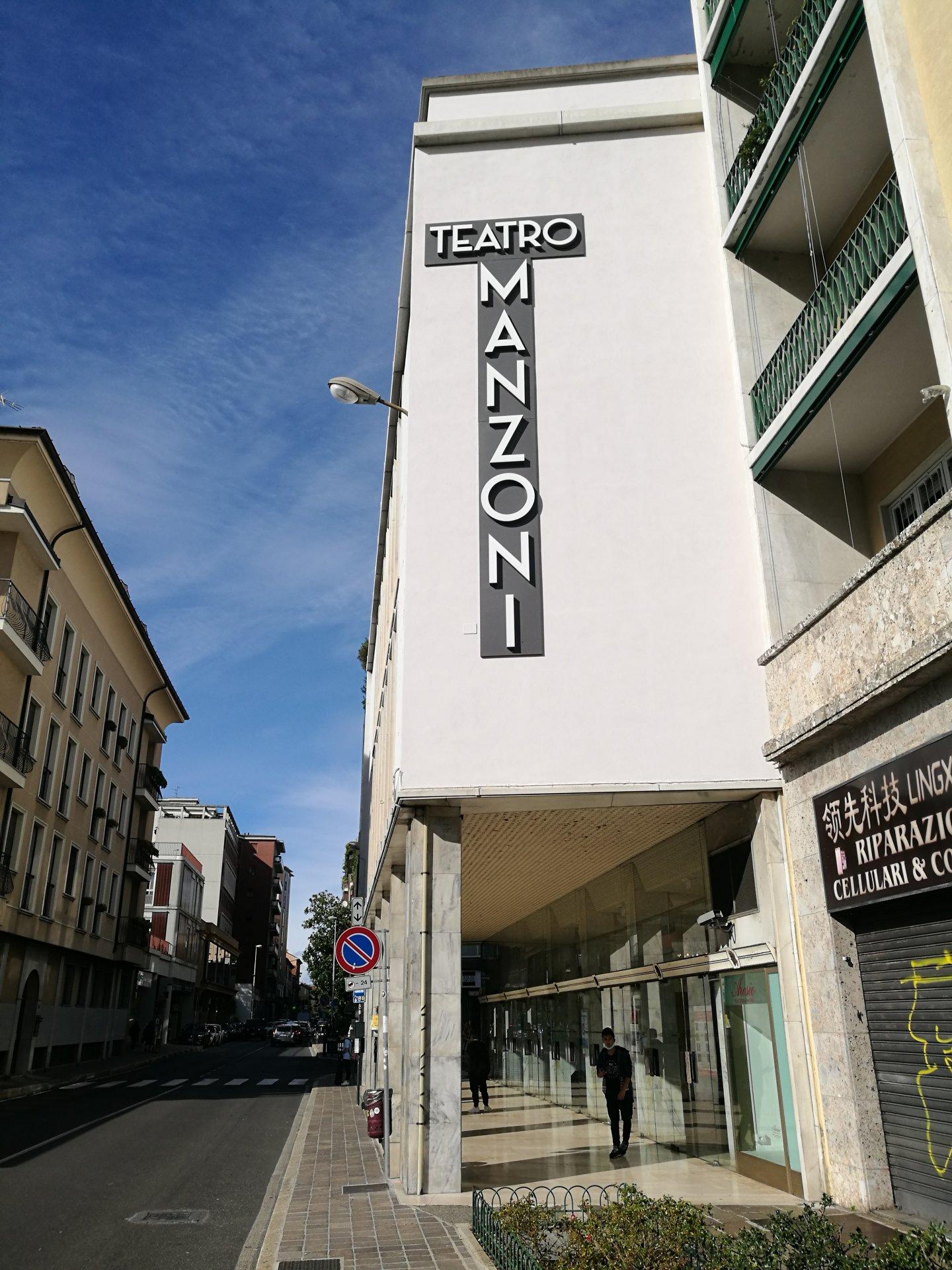 Operazione pulizia al Teatro Manzoni di Monza