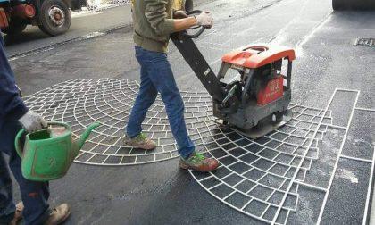 """Restyling di via Zavattari: operai al lavoro per posare l'asfalto """"stampato"""""""