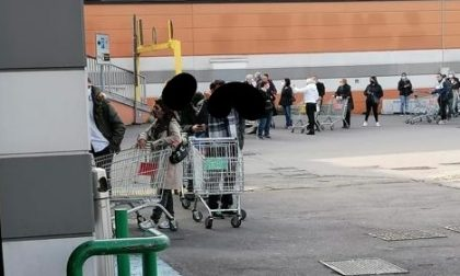 Nuovo lockdown, tornano le code ai supermercati