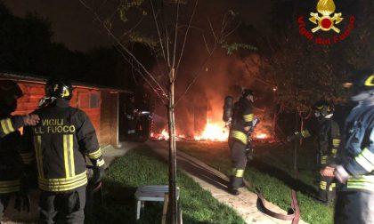 Incendio in un'azienda agricola: pompieri al lavoro all'alba FOTO