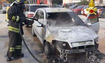 Auto va a fuoco in un parcheggio di Limbiate FOTO