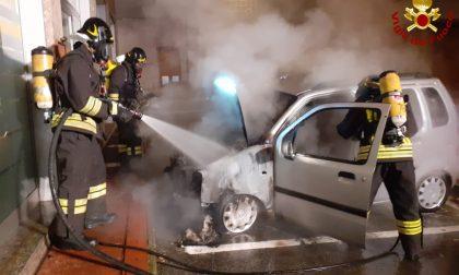 Auto in fiamme, Vigili del fuoco in azione a Cogliate