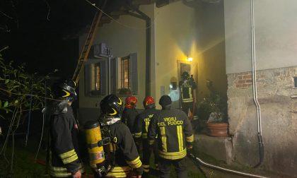 Fumo e fiamme dal tetto di un'abitazione: intervengono i Vigili del fuoco FOTO VIDEO