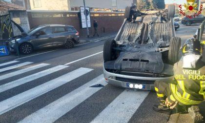 Scontro tra due vetture e ribaltamento: intervengono i Vigili del fuoco