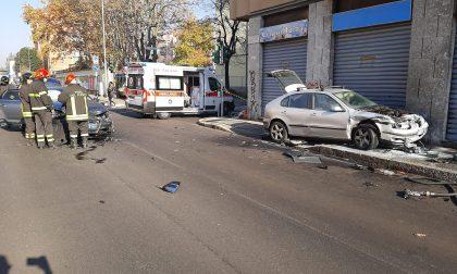 """""""Brucia"""" il rosso e si schianta contro il muro: auto a fuoco FOTO"""