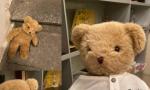 La storia di Little Bubu, l'orsacchiotto che aspetta alla finestra il ritorno del suo padroncino