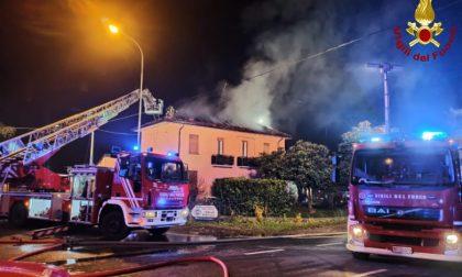 Vasto incendio distrugge il tetto di una villa FOTO