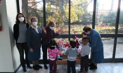 Gli ospiti della casa di riposo donano manufatti ai bambini