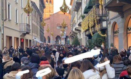 """Shopping folle in centro, il sindaco avverte: """"Siamo a 357 morti"""""""