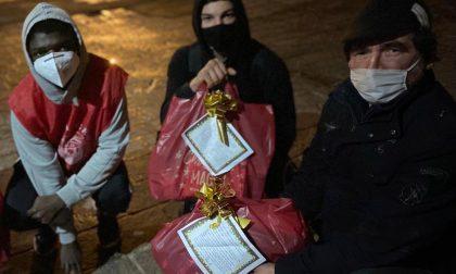 Ragazzino adottato rinuncia ai regali e li porta ai senzatetto