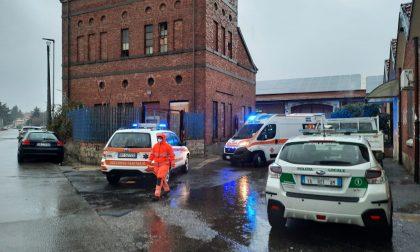 Cade da un ponteggio in un capannone: 63enne in ospedale FOTO