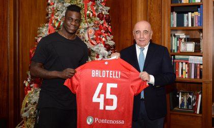 Mario Balotelli ha firmato il contratto, il Monza gli dà il benvenuto FOTO
