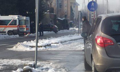 Ghiaccio in strada, due cadute lungo i marciapiedi