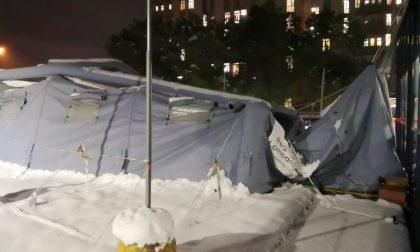 La neve sfonda il tendone del triage all'ospedale di Desio FOTO