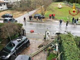 Fuori strada abbatte il cancello di una villetta, arriva l'elisoccorso