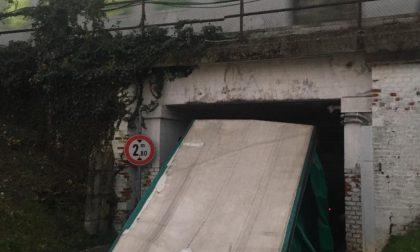 Camion incastrato nel sottopasso ferroviario di via Lampugnani, traffico in tilt