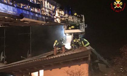 Incendio di una canna fumaria, brucia una parte del tetto