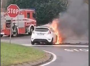 Incidente all'incrocio, l'auto va a fuoco VIDEO