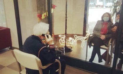 Visite al vetro alla Rsa Groane: gli ospiti incontrano i parenti in un salotto speciale