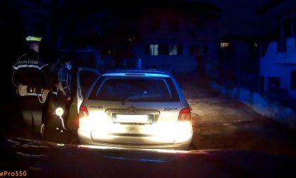 Al volante con la patente revocata scappa all'alt dei vigili, denunciato