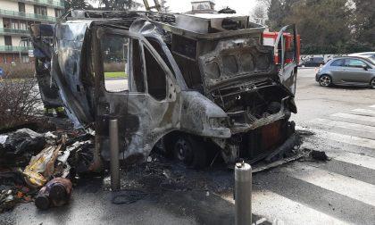 Furgone a fuoco in piazza Citterio: rogo domato dai Vigili del fuoco