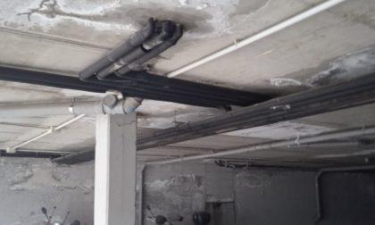 Tubo rotto e infiltrazioni nelle case comunali di via Hugo