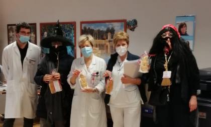 Le Befane portano ul papurott a medici e infermieri