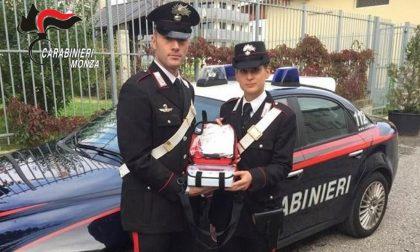 Colto da infarto in casa: i Carabinieri intervengono con il defibrillatore e lo salvano