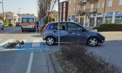 Auto in retromarcia investe ciclista: 49enne trasportato al San Gerardo