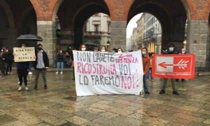 Monza, studenti stanchi della didattica a distanza tornano in piazza