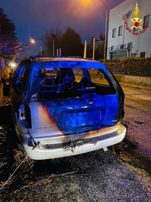 La Chrysler andata distrutta nel rogo