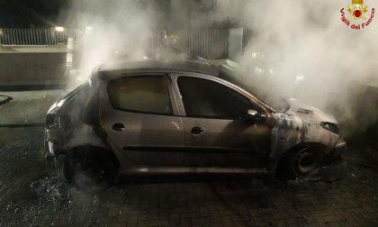 Auto a fuoco nella notte a Monza