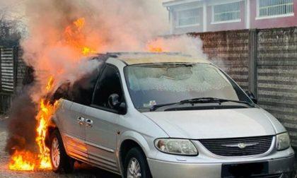 Auto a fuoco finisce distrutta
